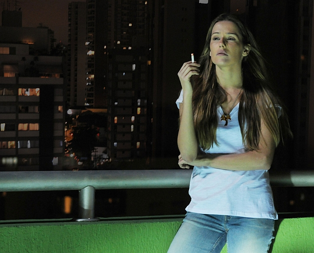 Filme-Bruna-Surfistinha-fumando-e-refletindo
