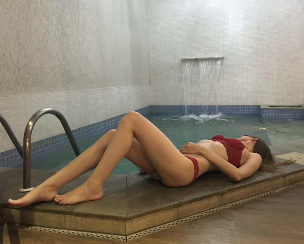 Sara na piscina